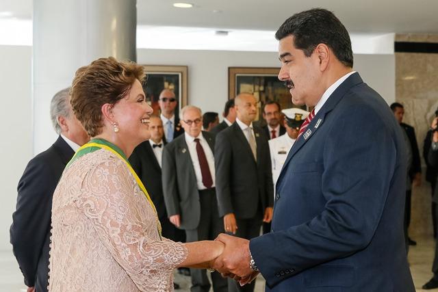 Presidente Dilma Rousseff (PT) recebe os cumprimentos do presdednte da Venezuela Nicolás Maduro<br />Foto: Ricardo Stukert/Fotos Públicas