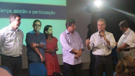 Reinaldo Azambuja, governador de Mato Grosso do Sul, em reunião com funcionários da Secretaria de Cultura<br />Foto: Leide Laura Meneses