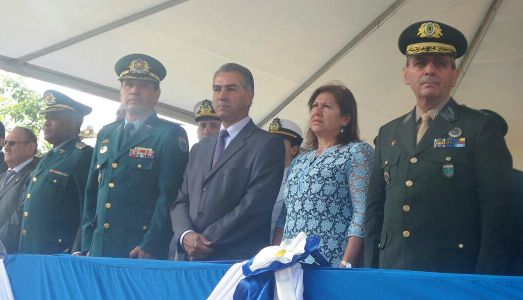 Ao centro, governador Reinaldo Azambuja (PSDB), durante evento de troca de comando da Polícia Militar<br />Foto: Leide Laura Meneses