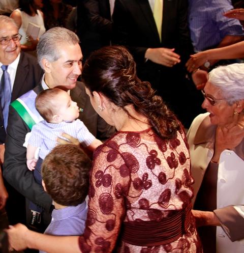 Governador coruja, Reinaldo Azambuja carrega no colo neto ao lado da esposa Fatima e da mãe<br />Foto: Wanderson Lara