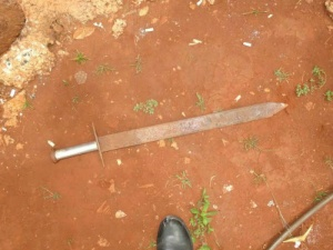 Espada de ferro apreendida na casa<br />foto - Divulgação