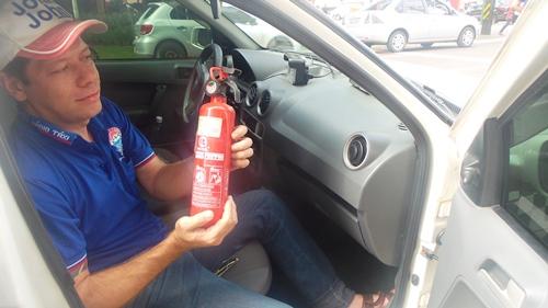 O taxista Lindomar Souza, 37, já adquiriu o extintor ABC que está em falta na Capital<br />Foto: Dany Nascimento