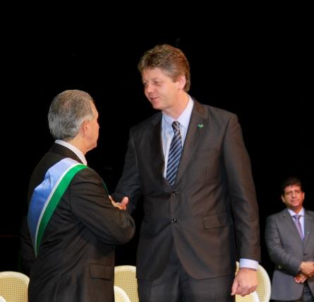 Jaime Verruck recebe cumprimentos do governador durante posse dos secretários<br />Foto: Wanderson Lara