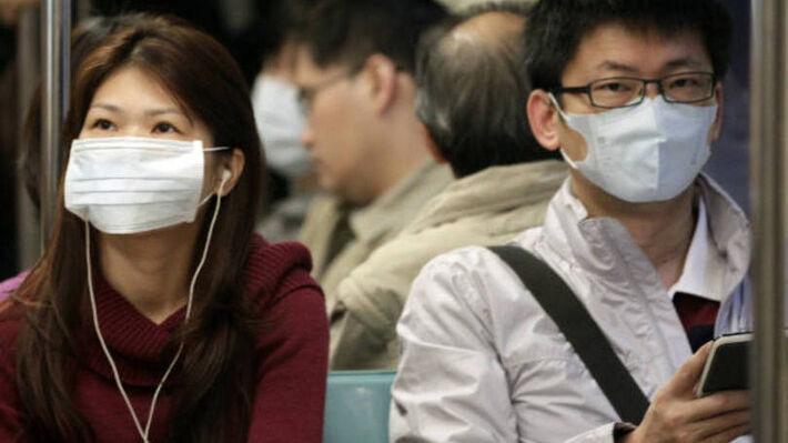 """</p> <p style=""""text-align: justify;"""">De acordo com a agência Xinhua, na mesma província estão mais quatro pessoas infectadas com o mesmo tipo do vírus, três em estado grave. A quarta pessoa está fora de perigo.  Em Guangdong, província que faz fronteir"""
