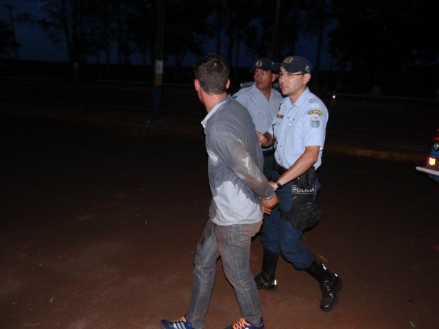 Perseguição terminou com douradense preso no início da noite de sexta em Dourados<br />Fotos: Osvaldo Duarte/Dourados News