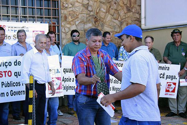 Durante o ato, sindicalistas entregaram abacaxi e banana para quem passava em frente ao MTE