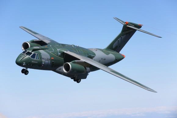 O cargueiro/cisterna KC-390 da Embraer voou pela primeira vez no início de fevereiro