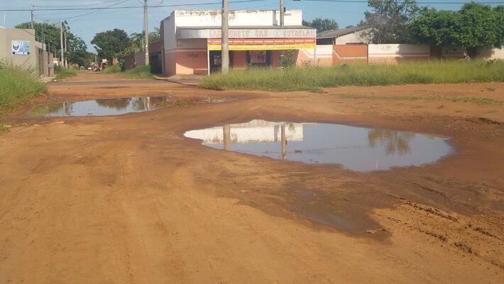 Outros buracos foram localizados pela reportagem na mesma rua