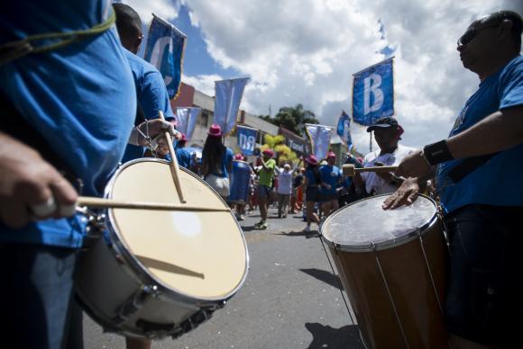 Foliões aproveitam o carnaval no bloco Pacotão