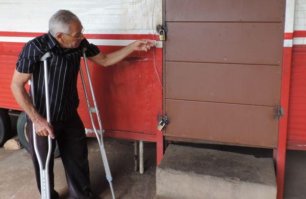 Comerciante precisou reforçar porta do trailler da lanchonete