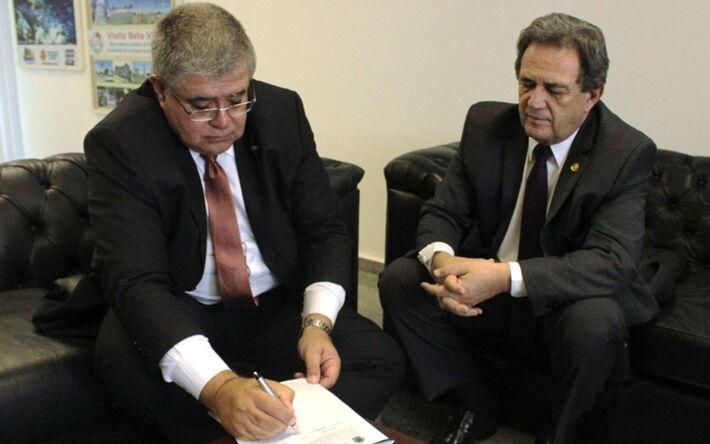 Marun assina o requerimento no gabinete do senador Moka.