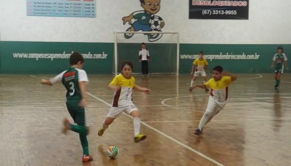 Escolinha de futebol promove seletiva no Jardim Paraná