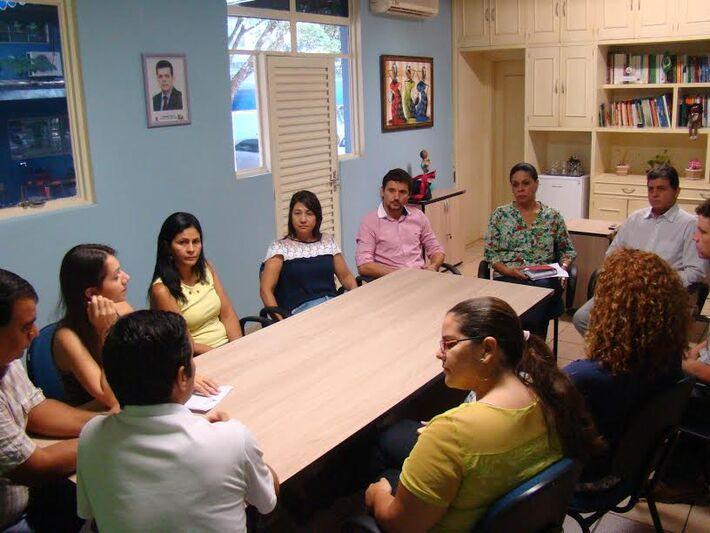 Vereadores em reunião com a secretária Angela Brito e professores