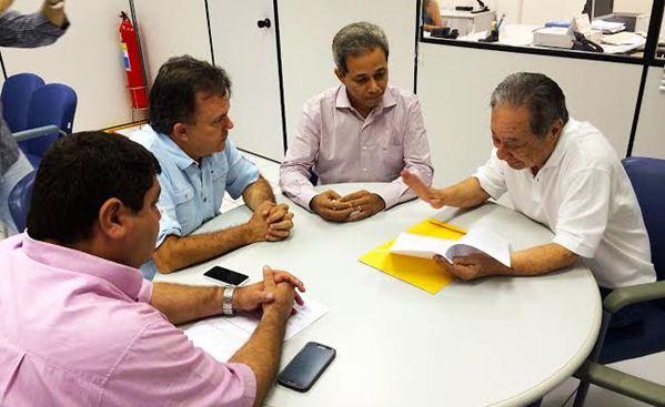 Deputados Vander Loubet e George Takimoto com Paulo Antunes da CEF