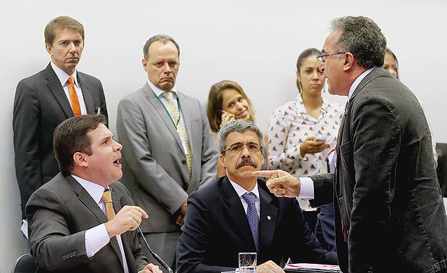 O presidente da CPI, Hugo Motta (PMDB-PB, à esq.), discute com Edmilson Rodrigues (PSOL-PA)