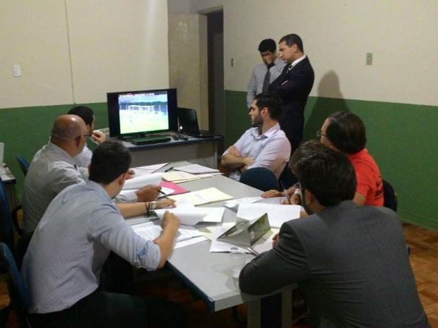 Auditores acompanham imagens da partida antes da decisão de absolver o Corumbaense