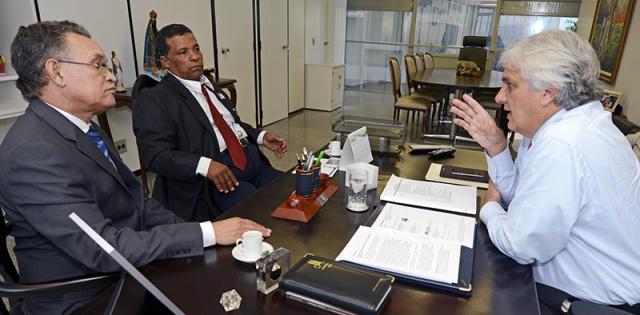 Reunião de Delcídio com o prefeito Gerson Garcia (primeiro plano à esquerda), de Nioaque/Foto: Divulgação