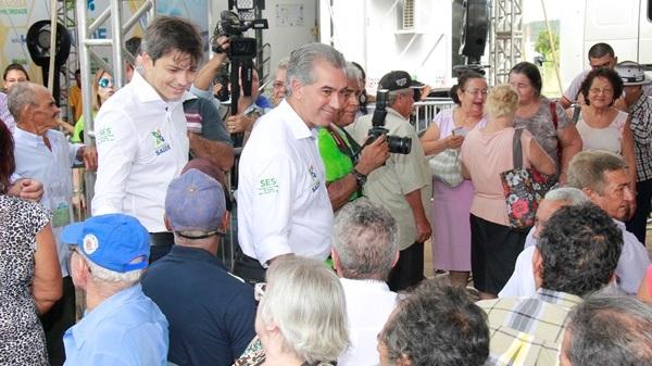 governador conversa com população que aguardava o atendimento.