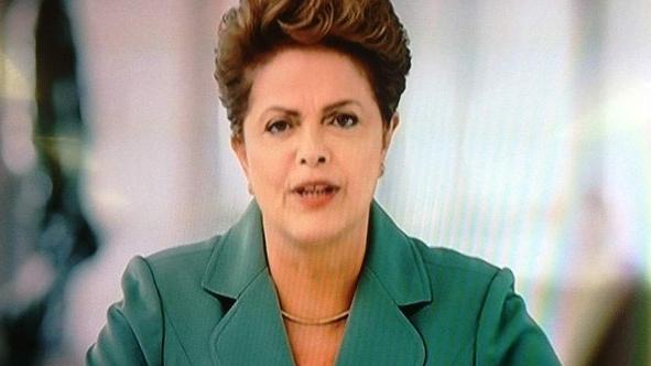 Dilma Rousseff durante o pronunciamento transmitido em rede nacional na noite deste domingo