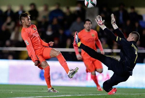 Neymar recebeu de Messi e abriu o placar para o Barcelona