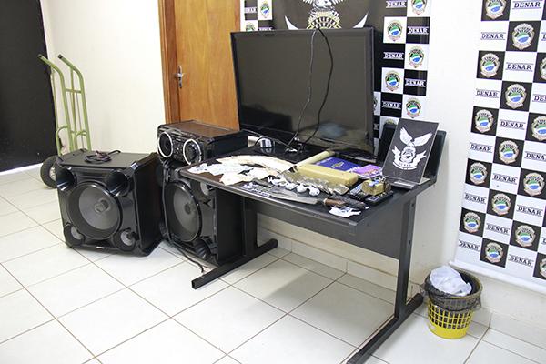 Maconha, dinheiro e apetrechos para separar a droga foram encontrados na casa de Nadir/Foto: Wanderson Lara