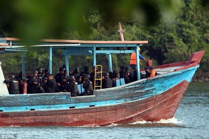 O pelotão responsável pelo fuzilamento de acusados de tráficos chegam à ilha na Indonésia Foto: Daily Mail / Reprodução