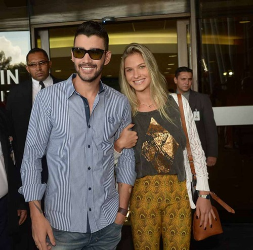Gusttavo deixou o hospital com a namorada Andressa Suita