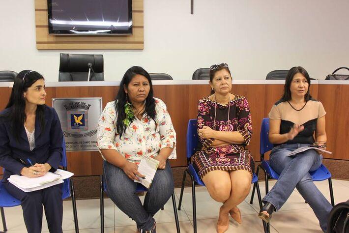Dra. Neyla, representantes indígenas e a vereadora Luiza Ribeiro.
