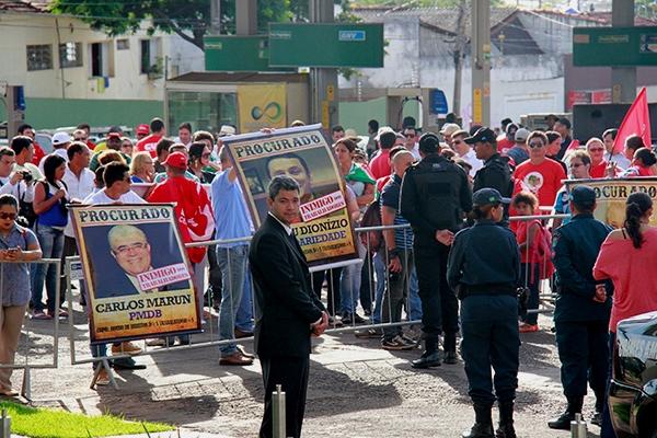 Manifestantes hostilizaram políticos e empresários que participaram do evento.