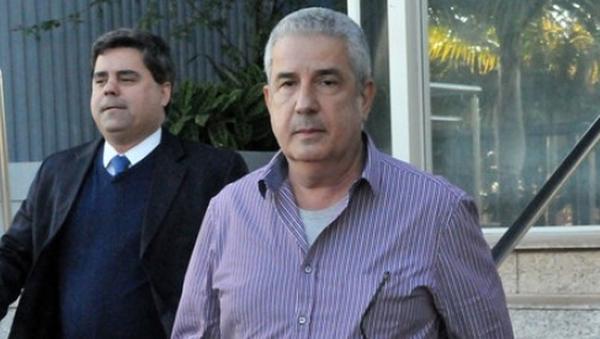 Amorim e um de seus advogados chegando para depor no início da Operação Lama Asfáltica.