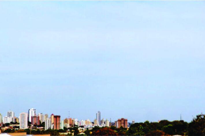 O dia amanhece com céu entre nuvens na Capital. (Foto: Marcos Ermínio)