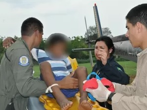 Garoto sendo socorrido pelos bombeiros. (Foto: Divulgação/Marinha)