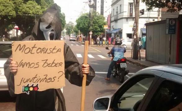 """Policial se vestiu de """"morte"""" para chamar atenção de condutores (Foto Divulgação)"""