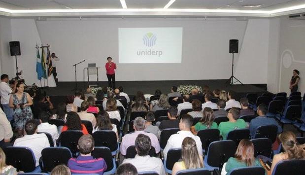 Leocádia, reitora da Uniderp apresentando a nova logomarca (Foto: Deurico Ramos/Capital News)