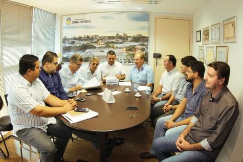 Secretários Zito, Alessandro e Beto com vereadores de Dourados na entrega da proposta orçamentária para 2016