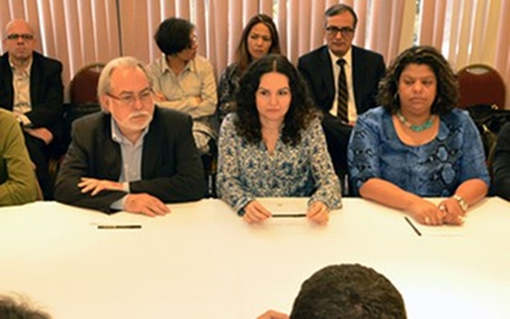 Representantes dos trabalhadores na mesa de negociação/Foto Divulgação