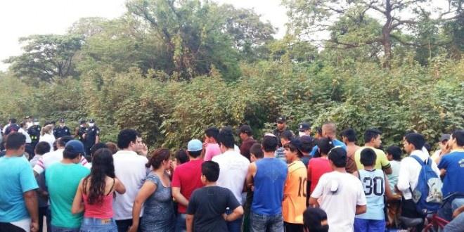 Populares acompanha trabalho da polícia - Foto: Ponta Porã News
