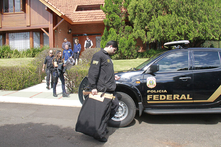 Polícia Federal levando documentos apreendidos na casa de João Amorim/Foto: Wanderson Lara