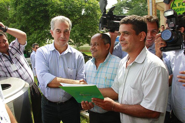 O governador Reinaldo Azambuja entregou 43 resfriadores de leitite que serão distribuídos para cooperativas  e assentamentos rurais de 19 municípios de MS. (Foto: Wandreson Lara)