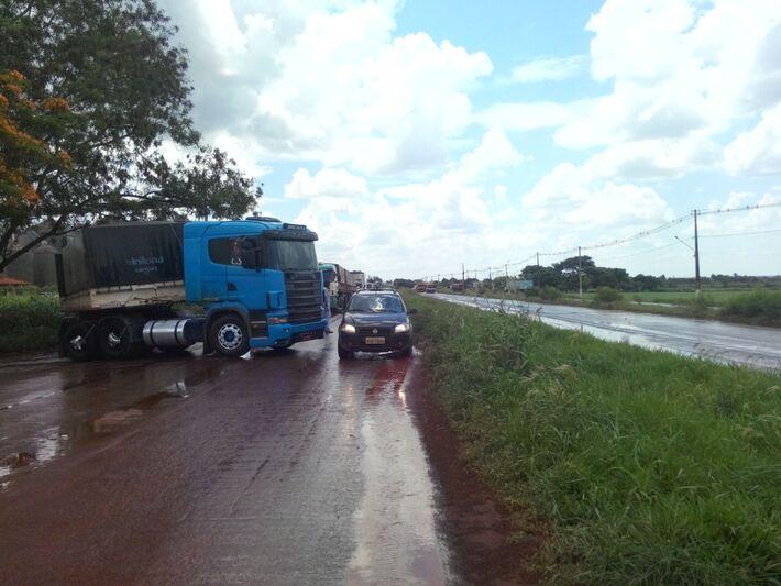Paralisação na Br 267 em Maracaju (Foto: PRF)