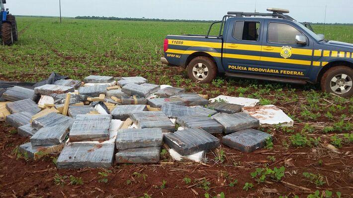 Droga retirada da carroceria da camionete. (Foto: PRF)