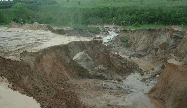 A erosão causada pela retirada da mata ciliar mede em torno de 50 metros de comprimento, por 12 de largura e 2 metros de profundidade.