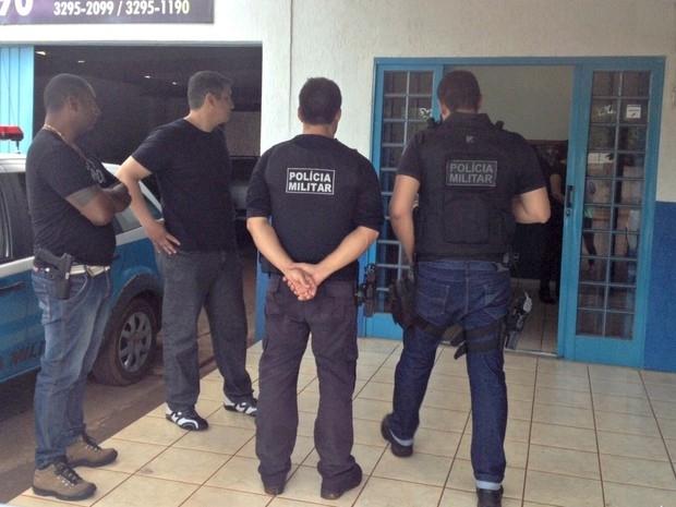 Sargento escoltado por policiais militares/ Foto: Nadyenka Castro