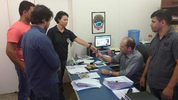 Presidente da Sinpol-MS acompanhonda a entrega de chaves nas delegacias/Foto Divulgação Sinpol