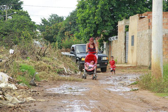 Lixo também dificulta a passagem de veículos e moradores. Foto: Wanderson Lara