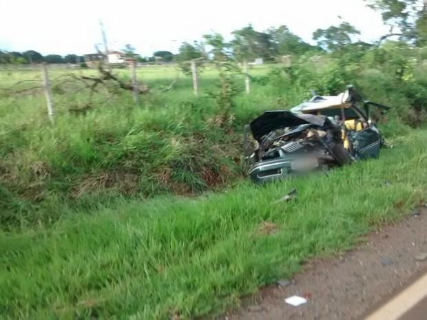 Carro em que estavam motorista que morreu e dois feridos ficou destruído (Foto: Nadyenka Castro)