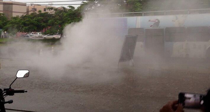 Veículo pegou fogo no Centro da Capital assustando passageiros; chovia no momento (Foto Reprodução Vídeo)