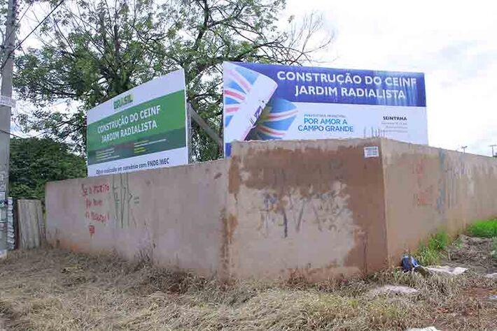 As placas com informações da obra e os muros foram pichados por moradores revoltados com a situação.