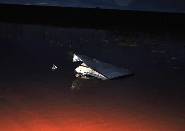 Carro submerso na água após capotar