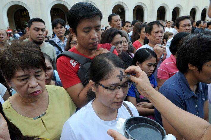 Católicos filipinos recebem as cinzas nesta quarta-feira. J